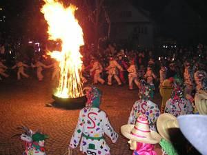 Erste Tanz ums Feuer